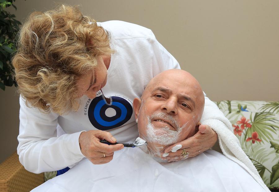 Lula fazendo a barba.